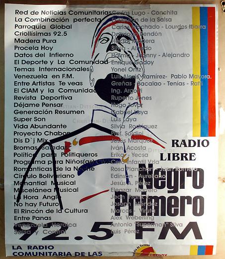 """Plakat des Basis- und Gemeinde-Radio """"Radio Libre - Negro Primero"""" im Armenviertel Pinto Salinas in Caracas. Der Sender ist Montag bis Freitag 12 Stunden und am Wochenende 24 Stunden im Stadtteil zu hoeren.<br /> 7.11.2004, Caracas / Venezuela<br /> Copyright: Christian-Ditsch.de<br /> [Inhaltsveraendernde Manipulation des Fotos nur nach ausdruecklicher Genehmigung des Fotografen. Vereinbarungen ueber Abtretung von Persoenlichkeitsrechten/Model Release der abgebildeten Person/Personen liegen nicht vor. NO MODEL RELEASE! Nur fuer Redaktionelle Zwecke. Don't publish without copyright Christian-Ditsch.de, Veroeffentlichung nur mit Fotografennennung, sowie gegen Honorar, MwSt. und Beleg. Konto: I N G - D i B a, IBAN DE58500105175400192269, BIC INGDDEFFXXX, Kontakt: post@christian-ditsch.de<br /> Bei der Bearbeitung der Dateiinformationen darf die Urheberkennzeichnung in den EXIF- und  IPTC-Daten nicht entfernt werden, diese sind in digitalen Medien nach §95c UrhG rechtlich geschuetzt. Der Urhebervermerk wird gemaess §13 UrhG verlangt.]"""
