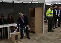 BOGOTA - COLOMBIA, 17-06-2018: Presidente Juan Manuel Santos ejerciendo su derecho al voto. La segunda vuelta de las elecciones presidenciales de Colombia de 2018 se celebrarán el domingo 17 de junio de 2018. El candidato ganador gobernará por un periodo máximo de 4 años fijado entre el 7 de agosto de 2018 y el 7 de agosto de 2022. /President Juan Manuel Santos excersising his right to vote . Colombia's 2018 second round presidential election will be held on Sunday, June 17, 2018. The winning candidate will govern for a maximum period of 4 years fixed between August 7, 2018 and August 7, 2022. Photo: VizzorImage / Nicolas Aleman / Cont