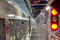 Am Freitag den 29. Januar 2016 wurde nach drei Jahren Umbauzeit eine neue Triebzughalle fuer ICE-Zuege auf dem Gelaende des Bahnbetriebswerk in Berlin-Rummelsburg eroeffnet.<br /> Die in den 1980er Jahren gebaute Wartungshalle wurde auf 380 Meter verlaengert und der komplette Hallenboden um einen Meter abgesenkt, um zwei 370 Meter lange Gleisbereiche einbauen zu koennenauf denen ICE-Zuege zeitgleich in vier unabhaengigen Arbeitsebenen instandgehalten werden. In Sachen Umweltschutz sorgen die neue Heizungs- und Beleuchtungsanlage sowie die neue Waermedaemmung fuer hohe Energieeinsparungen. Alle betriebswichtigen technischen Anlagen und Einrichtungen sind in den Betriebsfuehrungsrechner des Werks eingebunden. Damit ist es den Mitarbeiterinnen und Mitarbeitern der Leitstelle moeglich, jederzeit alle wichtigen Informationen zum Zug und zu den aktuellen Arbeiten im Blick zu haben. Die Gesamtkosten der neuen Anlage belaufen sich auf rund 40 Millionen Euro. Die Halle wird soll im Maerz 2016 nach der Betriebserprobung und dem Abschluss aller Bauarbeiten in Betrieb gehen.<br /> 27.1.2016, Berlin<br /> Copyright: Christian-Ditsch.de<br /> [Inhaltsveraendernde Manipulation des Fotos nur nach ausdruecklicher Genehmigung des Fotografen. Vereinbarungen ueber Abtretung von Persoenlichkeitsrechten/Model Release der abgebildeten Person/Personen liegen nicht vor. NO MODEL RELEASE! Nur fuer Redaktionelle Zwecke. Don't publish without copyright Christian-Ditsch.de, Veroeffentlichung nur mit Fotografennennung, sowie gegen Honorar, MwSt. und Beleg. Konto: I N G - D i B a, IBAN DE58500105175400192269, BIC INGDDEFFXXX, Kontakt: post@christian-ditsch.de<br /> Bei der Bearbeitung der Dateiinformationen darf die Urheberkennzeichnung in den EXIF- und  IPTC-Daten nicht entfernt werden, diese sind in digitalen Medien nach §95c UrhG rechtlich geschuetzt. Der Urhebervermerk wird gemaess §13 UrhG verlangt.]