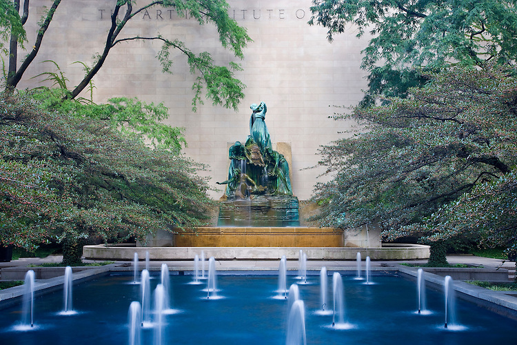 Fountain and sculpture at the Art Institute in Chicago, IL