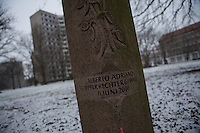 Demonstration in Dessau anlaesslich des 12. Todestages des Fluechtling Oury Jalloh, der am 7. Januar 2005 unter bislang nicht geklaerten Umstaenden in Polizeihaft, in der Zelle gefesselt, bei lebendigem Leib verbrannte.<br /> An der Demonstration beteiligten sich ca. 1.500 Menschen.<br /> Im Bild: Eine Gedenk-Stele fuer den am 11. Juni 2000 vor Rechtsextremen ermordeten Alberto Adriano.<br /> 7.1.2017, Dessau<br /> Copyright: Christian-Ditsch.de<br /> [Inhaltsveraendernde Manipulation des Fotos nur nach ausdruecklicher Genehmigung des Fotografen. Vereinbarungen ueber Abtretung von Persoenlichkeitsrechten/Model Release der abgebildeten Person/Personen liegen nicht vor. NO MODEL RELEASE! Nur fuer Redaktionelle Zwecke. Don't publish without copyright Christian-Ditsch.de, Veroeffentlichung nur mit Fotografennennung, sowie gegen Honorar, MwSt. und Beleg. Konto: I N G - D i B a, IBAN DE58500105175400192269, BIC INGDDEFFXXX, Kontakt: post@christian-ditsch.de<br /> Bei der Bearbeitung der Dateiinformationen darf die Urheberkennzeichnung in den EXIF- und  IPTC-Daten nicht entfernt werden, diese sind in digitalen Medien nach §95c UrhG rechtlich geschuetzt. Der Urhebervermerk wird gemaess §13 UrhG verlangt.]