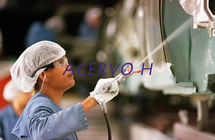 Fábrica da Ford instalada no polo industrial do município de Camaçarí na Bahia.<br />Aplicação de PVC na Caixa de Roda <br />Foto Paulo Santos/Interfoto<br />09/06/2003<br />Camaçarí, Bahia Brasil