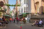 Deutschland, Rheinland-Pfalz, Moseltal, Zell an der Mosel: Altstadtgasse mit Weinlokalen | Germany, Rhineland-Palatinate, Moselle Valley, Zell at river Moselle: old town lane with wine taverns