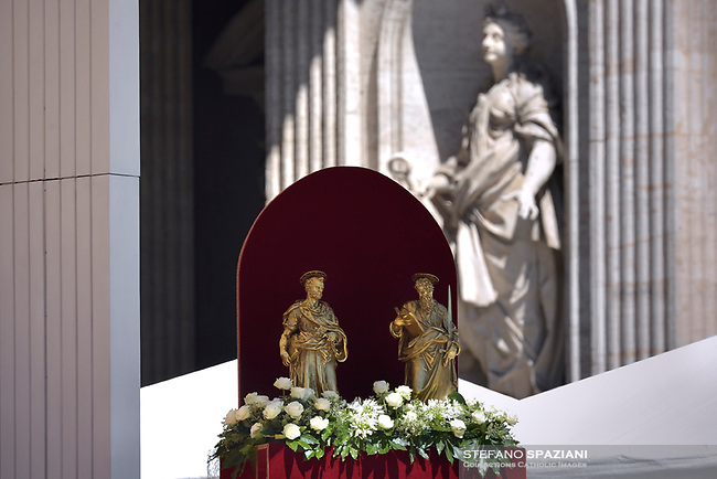 Statue Saint Peter and Saint Paul Pope Francis during the solemn mass to celebrate the feast of Saint Peter and Saint Paul with the new Cardinals and the new Metropolitan Archbishops on June 29, 2018 in Saint Peter's square at the Vatican.