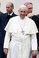 Papa Francesco al termine dell'udienza generale del mercoledi' in Piazza San Pietro, Citta' del Vaticano, 9 ottobre 2013.<br /> Pope Francis leaves at the end of his weekly general audience in St. Peter's Square at the Vatican, 9 October 2013.<br /> UPDATE IMAGES PRESS/Riccardo De Luca<br /> <br /> STRICTLY ONLY FOR EDITORIAL USE