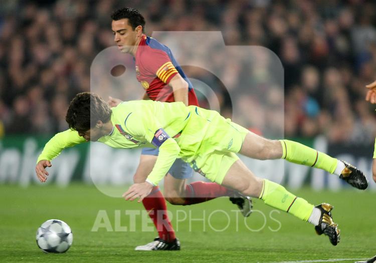 Olympique Lyon's Juninho Pernambucano (f) and FC Barcelona's Xavi Hernandez (b) during the UEFA Champiosn League match.March 11 2009. (ALTERPHOTOS/Acero).
