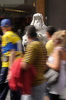 Statua vivente raffigurante Leonardo da Vinci. Il mimo Valter Conti  mentre si dedica al suo make up e mentre si veste per la sua esibizione. Resterà immobile stuzzicando la curiosità dei turisti con biglietti con frasi di Leonardo, a Firenze. Living statue of Leonardo da Vinci.The mime Valter Conti   while he is dedicating to his make up and while he dresses for the performance. He Will  tickling the curiosity of tourists with tickets of sentences by Leonardo, in Florence.