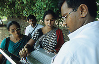 INDIA Tamil Nadu, agricultural support and training for small-scale farmer / INDIEN, Tamil Nadu, Nagapattinam, NGO SELVIA gibt landwirtschaftliche Hilfe für Farmer z.B. fachliche Beratung für alternativen Anbau zur Einkommenserzeugung, Bodengeneration, Traktoren, Saatgut, Brunnenbau, Mitarbeiterin Ms. Bridget und Beraterin von landwirtschaftlichen Institut beraten Farmer im Dorf Prathabaramapuram