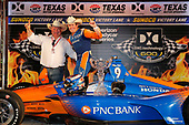 Scott Dixon, Chip Ganassi Racing Honda celebrates in victory lane with team owner Chip Ganassi