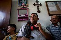 Irak, Juni 2014 - Die irakische Stadt Karakosch beheimatet die letzten Christen im Irak.  Schwer bewaffnete Sicherheitsbeamte beschuetzen die Kirchen.<br /> <br /> Engl.: Asia, Iraq, North Iraq, conflict area, Karakosh, church, religion, armed men protect the church, the last Christians in Iraq are domiciled in Karakosh, June 2014