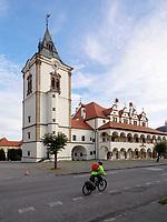 Radwanderer vor Rathaus-radnica  in Levoca - Leutschau, Presovsky kraj, Slowakei, Europa<br /> Cyclists at townhall radnica in Levoca, Presovsky kraj, Slovakia, Europe