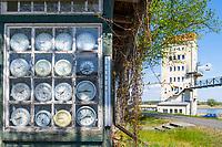 Kunstinstallation mit Uhren und einstiger Verladeturm im Kulturhafen Groß Neuendorf, Gemeinde Letschin, Oder-Neiße-Radweg, Oderbruch, Märkisch Oderland, Brandenburg, Deutschland