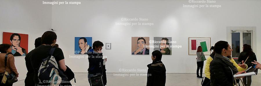 - NAPOLI 18 APR  2014 - Palazzo delle Arti di Napoli, la lunga fila per il primo giorno della mostra  firmata Andy Warhol.