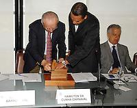ATENÇAO EDITOR FOTO EMBARGADA PARA VEÍCULOS INTERNACIONAIS.  RIO DE JANEIRO RJ 04 DE OUTUBRO 2012 - CASA DA MOEDA HOMENAGEA RIO +20 COM MOEDA COMEMORATIVA EM PARCERIA COM ASSOCIAÇÃO COMERCIAL DO RIO DE JANEIRO. Nesta manha de quinta feira (04), o gerente executivo da divisão de planejamento e controle ambiental da Casa da Moeda do Brasil entrega uma moeda comemorativa em homenagem a Rio +20 para o presidente da Associação Comercial do Rio de Janeiro Antenor Barros Leal, na sede da instituição no centro da capital fluminense.<br /> Neste momento eles estão fazendo a DESCARACTERIZAÇÃO da moeda. ( INUTILIZAR A MATRIZ A FORMA)  <br /> FOTO RONALDO BRANDAO / BRAZIL PHOTO PRESS