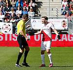 Nederland, Utrecht, 5 april 2015<br /> Eredivisie<br /> Seizoen 2014-2015<br /> FC Utrecht-Ajax (1-1)<br /> Scheidsrechter Pol van Boekel legt aan Edouard Duplan van FC Utrecht uit dat hij is gewisseld vanwege een blessure en dat hij het veld moet verlaten. FC Utrecht speelde korte tijd met 12 man