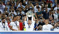 Calcio, finale di Champions League: Real Madrid vs Atletico Madrid. Stadio San Siro, Milano, 28 maggio 2016.<br /> Real Madrid's Cristiano Ronaldo holds up the Champions League trophy at the end of their final match against Atletico Madrid, at Milan's San Siro stadium, 28 May 2016. Real Madrid won 5-4 on penalties after the game ended 1-1.<br /> UPDATE IMAGES PRESS/Isabella Bonotto