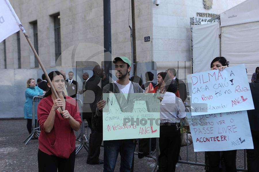 SAO PAULO, SP, 31.07.2013 Manifestantes do passe livre realiza um protesto em frente a Prefeitura de São Paulo onde a Presidenta Dilma se encontra com o Prefeito de São Paulo Fernando Haddad (Foto: Adriano Lima / Brazil Photo Press).