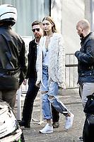 Gigi HADID quitte le show sous bonne escorte et termine sa fashion week de Paris - Show MIU MIU - Paris Fashion Week Womenswear Spring/Summer 2017 - 5 octobre 2016 - FRANCE