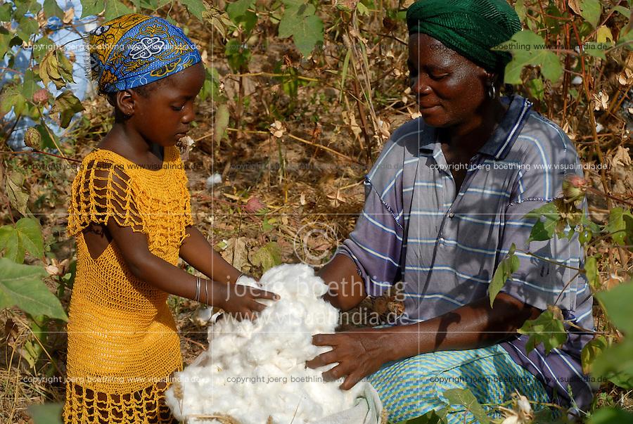 Burkina Faso , Anbau von fairtrade und Biobaumwolle auf Biohof von Farmer Nayaga Daniel im Dorf Dapury bei Ouagadougou, Frau Madeleine Pogoby mit Tochter / Burkina Faso, organic and fairtrade cotton project, woman with daughter