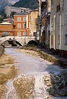 - Carrara, the Carrione torrent, white for the marble powder of quarries and sawmills....- Carrara, il torrente Carrione, bianco per la polvere di marmo delle cave e delle segherie