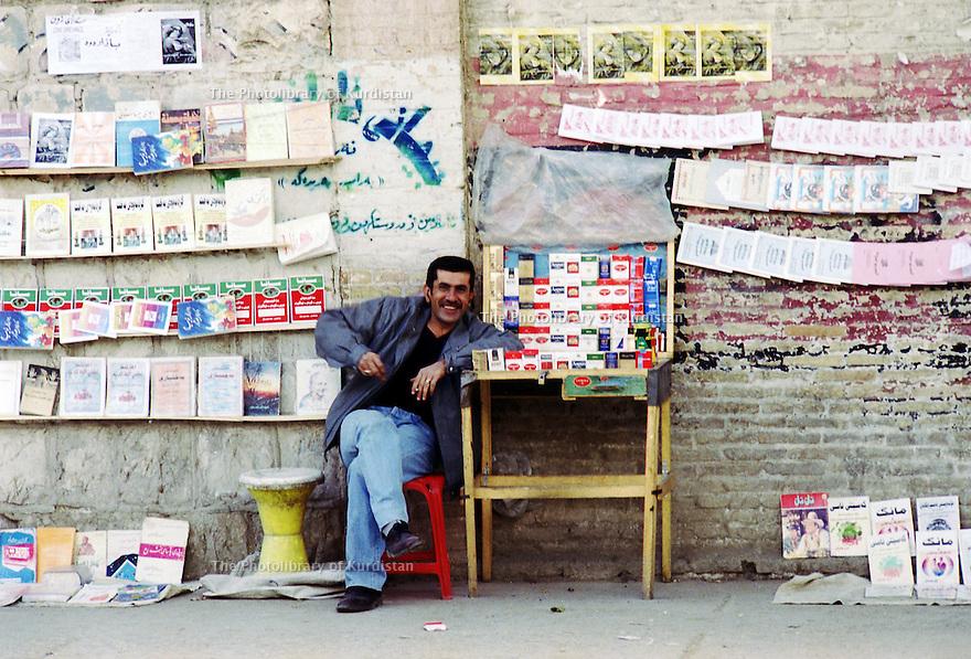 Irak 2000.Marchand de cigarettes dans la rue.Iraq 2000.Selling cigarettes in the street