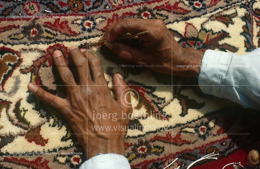 INDIA Uttar Pradesh, Badohi, worker at finishing work of carpet at carpet export unit in the carpetbelt between Badohi and Mirzapur / INDIEN, Arbeiter bei der Endarbeit eines Teppich in einer Export Firma in Badohi