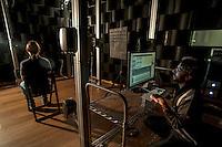 """a Cremona, presso il museo del violino, opera il laboratorio di acustica musicale, collegato al politenico di Milano. Il direttore del laboratorio è il professore Augusto Sarti. Ascolto di audio 3D immersivo, sistema di ascolto con 17 casse acustiche in configurazione """"sferica"""" - Ascoltatore: Dr. Antonio Canclini, alla postazione di controllo: Dr. Massimiliano Zanoni"""