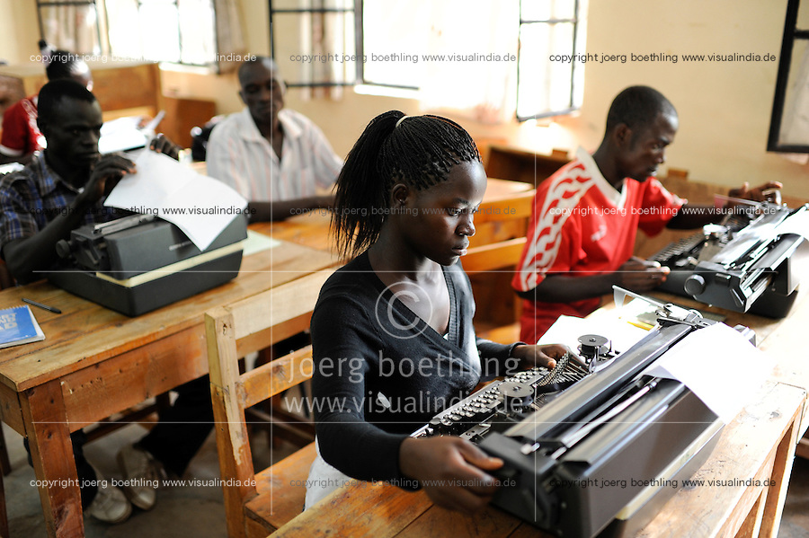 KENIA Turkana Region, refugee camp Kakuma, vocational training, typewriter course / Fluechtlingslager Kakuma, Berufsausbildung fuer Fluechtlinge