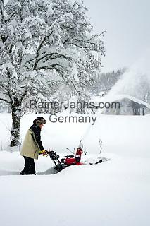 Deutschland, Bayern, Chiemgau, Siegsdorf: Schneeraeumung nach starkem Schneefall mit einer Schneefraese | Germany, Bavaria, Chiemgau, Siegsdorf: snow removal after heavy snowfall with a snowblower