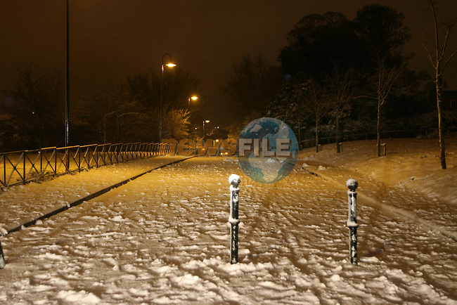 Snow cover the streets of Drogheda on Thursday night.Photo: Newsfile/Fran Caffrey.