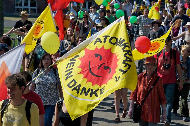 Ostermarsch 2011 in Gronau.<br /> Etwa 12.000 Menschen protestierten am 25. April 2011 anlaesslich des Ostermarsch im nordrhein-westfaelischen Gronau gegen die Urananreicherungsanlage des Atonkonzern URENCO. Sie forderten die Stilllegung der Anlage und einen sofortigen Ausstieg aus der Atomkraft.<br /> 25.4.2011, Gronau<br /> Foto: Christian-Ditsch.de<br /> [Inhaltsveraendernde Manipulation des Fotos nur nach ausdruecklicher Genehmigung des Fotografen. Vereinbarungen ueber Abtretung von Persoenlichkeitsrechten/Model Release der abgebildeten Person/Personen liegen nicht vor. NO MODEL RELEASE! Don't publish without copyright Christian-Ditsch.de, Veroeffentlichung nur mit Fotografennennung, sowie gegen Honorar, MwSt. und Beleg. Konto:, I N G - D i B a, IBAN DE58500105175400192269, BIC INGDDEFFXXX, Kontakt: post@christian-ditsch.de]