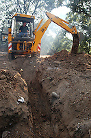 Operai edili sbancano un terreno..Construction workers move earth....