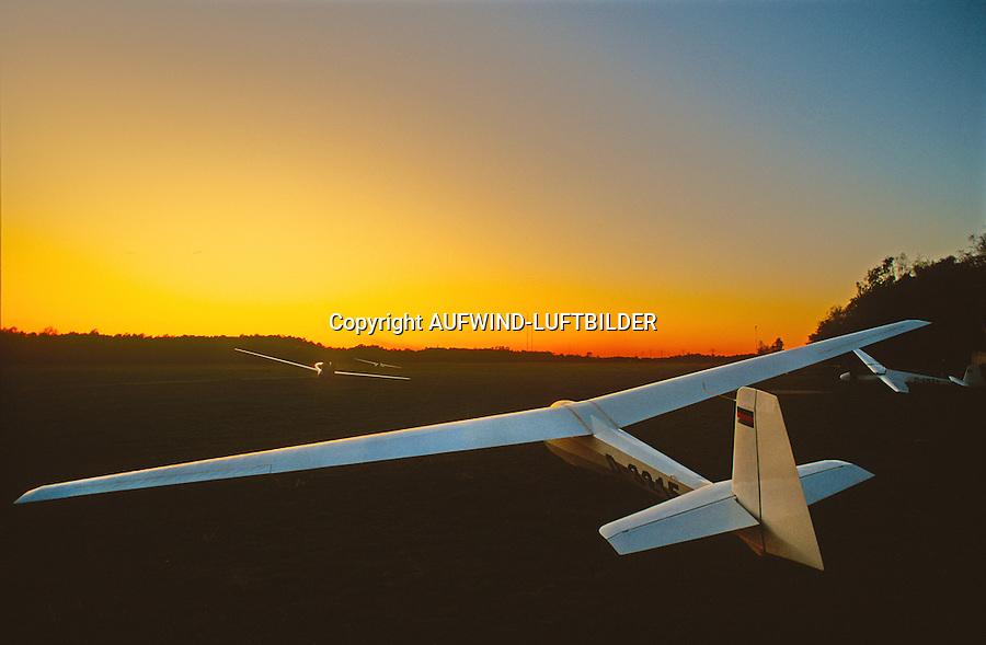 nach dem Flugbetrieb: EUROPA, DEUTSCHLAND, HAMBURG (EUROPE, GERMANY), 08.06.2014: nach dem Flugbetrieb, alle Segelflugzeuge sind nach Sonnenuntergang am Boden und gelandet.