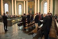 Der Domprobst der katholischen Kirche in Berlin, Ronald Rother, verkuendete am Montag den 8. Juni 2015 den Gemeindemitgliedern die Ernennung von Bischof Dr. Heiner Koch zum Erzbischof von Berlin. Koch ist seit 2013 Bischof des Bistum Dresden-Meissen und folgt in Berlin dem abberufenen Erzbischof Woelki.<br /> Im Bild: Die Glaeubigen singen im Dom nach der Verkuendung.<br /> 8.6.2015, Berlin<br /> Copyright: Christian-Ditsch.de<br /> [Inhaltsveraendernde Manipulation des Fotos nur nach ausdruecklicher Genehmigung des Fotografen. Vereinbarungen ueber Abtretung von Persoenlichkeitsrechten/Model Release der abgebildeten Person/Personen liegen nicht vor. NO MODEL RELEASE! Nur fuer Redaktionelle Zwecke. Don't publish without copyright Christian-Ditsch.de, Veroeffentlichung nur mit Fotografennennung, sowie gegen Honorar, MwSt. und Beleg. Konto: I N G - D i B a, IBAN DE58500105175400192269, BIC INGDDEFFXXX, Kontakt: post@christian-ditsch.de<br /> Bei der Bearbeitung der Dateiinformationen darf die Urheberkennzeichnung in den EXIF- und  IPTC-Daten nicht entfernt werden, diese sind in digitalen Medien nach §95c UrhG rechtlich geschuetzt. Der Urhebervermerk wird gemaess §13 UrhG verlangt.]