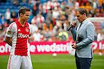 Nederland, Amsterdam, 10 mei 2015<br /> Eredivisie<br /> Seizoen 2014-2015<br /> Ajax-SC Cambuur<br /> Niklas Moisander van Ajax krijgt een borstbeeldje, uit de handen van Frank de Boer, trainer-coach van Ajax, als dank voor bewezen diensten.