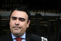 SAO PAULO, SP, 23 DE JUNHO DE 2013 -  CASO BIANCA CONSOLI. O advogado da família, Cristiano Medina chega para o julgamento do motoboy Sandro Dota, no Fórum Criminal da Barra Funda em São Paulo, SP, nesta terça-feira (23). Ele é acusado de matar a estudante Bianca Consoli, 19 anos, em setembro de 2011. FOTO: MAURICIO CAMARGO / BRAZIL PHOTO PRESS