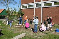 Schulgarten, Fläche am Schulgebäude, auf der ein Schmetterlingsgarten angelegt werden soll, Garten der Grundschule Nusse wird als Projektarbeit von einer 1. Klasse gestaltet, Kinder arbeiten an den Beeten, Gartenarbeit