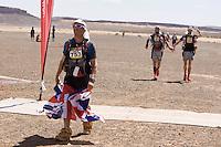 The Marathon des Sables is a 6-day endurance race of 243 km equivalant to 5 1/2 marathons. It plays out in the Sahara Desert, southern Morocco, up and down sand dunes, along dried lakes and riverbeds, past ruins, always under the baking sun. Competitors at the Marathon des Sables expierence mid-day temperatures of up to 120°F. They are running or walking on even rocky, stony ground as well as 15-20% of the distance being in sand dunes. In addition to that, competitors have to carry everything they will need for the duration of the race on their backs in a rucksack. Water is rationed and handed out at each checkpoint. It is the hardest footrace on earth...Der Marathon des Sables in der marrokanischen Sahara gilt als der wohl härteste und bekannteste Wüstelauf der Welt. Ein Ultralauf über 243 Kilometer, der in 6 Etappen zwischen 27 und 82 Kilometer in 7 Tagen gelaufen wird. Die längste Etappe geht bis spät in die Nacht hinein. Die Läufer tragen ihre Ausrüstung und Verpflegung für das ganze Rennen im Rucksack. Lediglich Wasser (9 Liter pro Tag) gibt es an den Checkpoints. Die Teilnehmer laufen über Sanddünen, steiniges Gelände und steile Berganstiege. Die Hitze kann bis zu 50 Grad Celsius betragen.