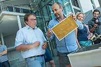 """Honigernte bei den Bundestags-Bienen.<br /> Oliver Krischer, """"Bienen-Vater"""" des Parlaments und Vizechef der Bundestagsfraktion der Gruenen erntete zusammen mit seinem Mitarbeiter Daniel Holstein und dem Imker Dr. Benedikt Polaczeck von der Technischen Universitaet, am Dienstag den 7. August 2018 im Paul-Loebe-Haus den Honig der Bundestagsbienen. Insgesamt wird eine Ernte von bis zu 100 Kilogramm von den drei Bienenvoelkern erwartet.<br /> Die Bienenvoelker wurden 2016 als Zeichen gegen das Bienensterben von der gruenen Bundestagsabgeordneten Baerbel Hoehn aufgestellt.<br /> Im Bild vlnr.: Oliver Krischer und Daniel Holstein bereiten die Honigwaben fuer das Honig schleudern vor.<br /> 7.8.2018, Berlin<br /> Copyright: Christian-Ditsch.de<br /> [Inhaltsveraendernde Manipulation des Fotos nur nach ausdruecklicher Genehmigung des Fotografen. Vereinbarungen ueber Abtretung von Persoenlichkeitsrechten/Model Release der abgebildeten Person/Personen liegen nicht vor. NO MODEL RELEASE! Nur fuer Redaktionelle Zwecke. Don't publish without copyright Christian-Ditsch.de, Veroeffentlichung nur mit Fotografennennung, sowie gegen Honorar, MwSt. und Beleg. Konto: I N G - D i B a, IBAN DE58500105175400192269, BIC INGDDEFFXXX, Kontakt: post@christian-ditsch.de<br /> Bei der Bearbeitung der Dateiinformationen darf die Urheberkennzeichnung in den EXIF- und  IPTC-Daten nicht entfernt werden, diese sind in digitalen Medien nach §95c UrhG rechtlich geschuetzt. Der Urhebervermerk wird gemaess §13 UrhG verlangt.]"""