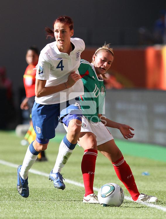 Wolfsburg , 270611 , FIFA / Frauen Weltmeisterschaft 2011 / Womens Worldcup 2011 , Gruppe B  ,  .England - Mexico .Jill Scott (England) gegen Dinora Garza (Mexico) .Foto:Karina Hessland .