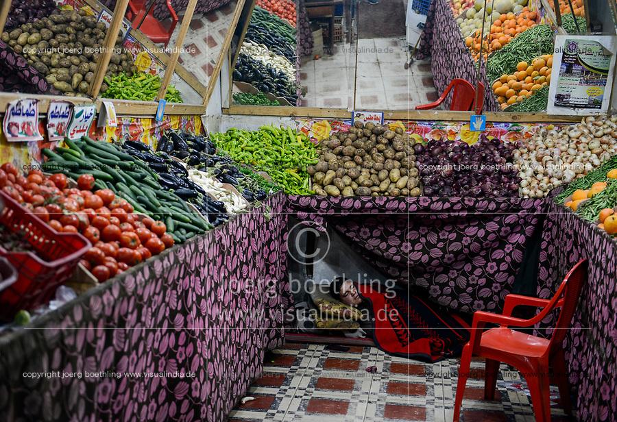 EGYPT, oasis El-Wahat el-Bahariya, Bawiti, vegetable shop, sleeping seller at 5 AM / AEGYPTEN, Oase Bahariyya, Bawiti, Gemuese Laden