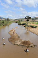 MADAGASCAR, sand mining in river / MADAGASKAR, Fahrt von Antananarivo nach Mananjary, Sandgewinnung im Fluss