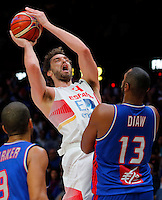 Spain's Pau Gasol (L) vies with France's Boris Diaw (R) during European championship semi-final basketball match between France and Spain on September 17, 2015 in Lille, France  (credit image & photo: Pedja Milosavljevic / STARSPORT)