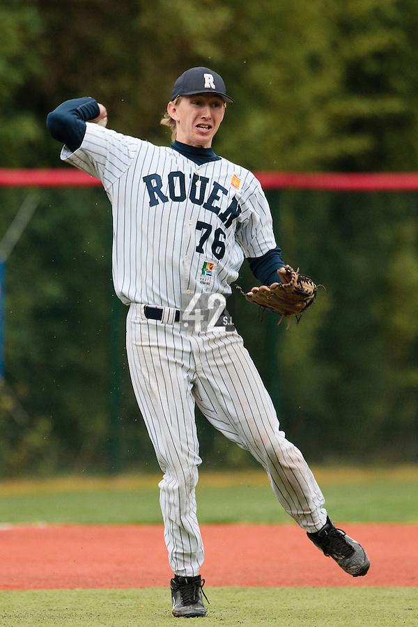 23 October 2010: Luc Piquet of Rouen throws the ball to first base during Savigny 8-7 win (in 12 innings) over Rouen, during game 3 of the French championship finals, in Rouen, France.
