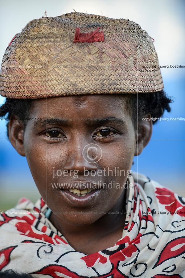 MADAGASCAR, Mananjary region, village, rural woman with bast hat / MADAGASKAR Mananjary, Frau mit Bastkappe