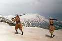 Irak 1963.Peshmergas dans la neige, sur la frontiere avec l'Iran.Iraq 1963.Peshmergas walking  in the snow, at the border with Iran