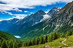 Oesterreich, Ost-Tirol: Wandern im Defereggental, vom Staller Sattel reicht der Blick weit hinunter ins Antholzer Tal auf der Suedtiroler Seite mit dem Antholzer See im Naturpark Rieserferner-Ahrn |Austria, East Tyrol, hiking at Defereggen Valley, view from Staller Sattel Pass Road towards Lago di Anterselva at Rieserferner-Ahrn Nature Park in South Tyrol