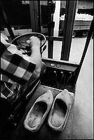 Europe/France/Alsace/67/Bas-Rhin/ Krautergersheim: Une choucrouterie chez Monsieur Pfleger, producteur de choucroute- le Fenwicq et les sabots de bois pour  desendre dans les cuves de choucroute