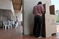 CALI -COLOMBIA. 02-10-2016: Ciudadanos colombianos acuden a las urnas para votar durante el Plebisto, escribiendo un nuevo capitulo en la historia del pais. Hoy los colombianos acuden a las urnas para decir SI o NO al acuerdo de Paz firmado entre el Gobierno y las Fuerzas Armadas Revolucionarias de Colombia Ejercito del Pueblo (FARC-EP) / Colombian citizens go to the polls to vote writing a new chapter in the history of the country. Today Colombians go to the polls to say YES or NO to the peace agreement signed between the government and the Revolutionary Armed Forces of Colombia People's Army (FARC-EP). Photo: VizzorImage/ Gabriel Aponte / Staff