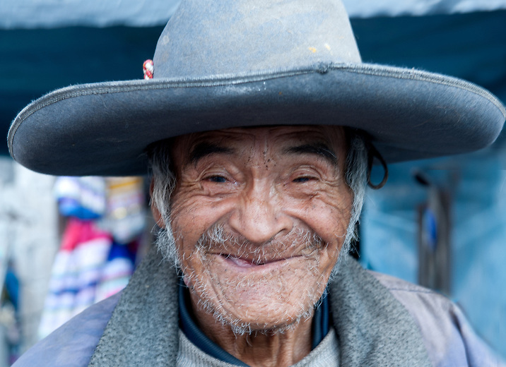 The elders of Ichumampa welcome travelers into their community. They allow visitors to feel a sense of belonging by interacting with them and displaying their ties to ancestral traditions.